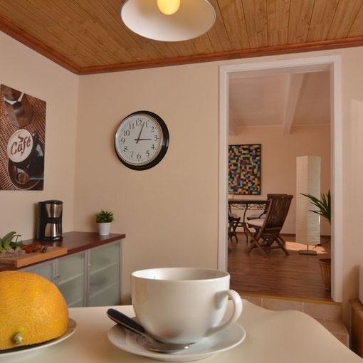Blick von der Küche ins Esszimmer