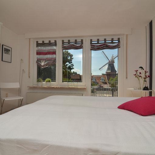 Schlafzimmer mit Balkon und Mühle
