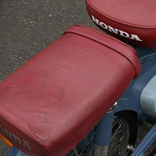 1960年モデルのC100。ピリオンシートの脱着を見せて頂きました。