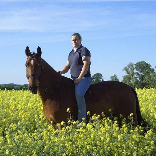 Ines mit ihrem Pferd Paddymoon