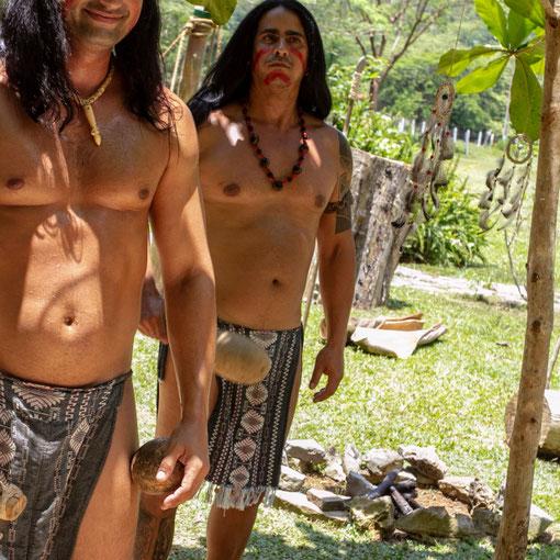 Šokėjai prie Indėno urvo