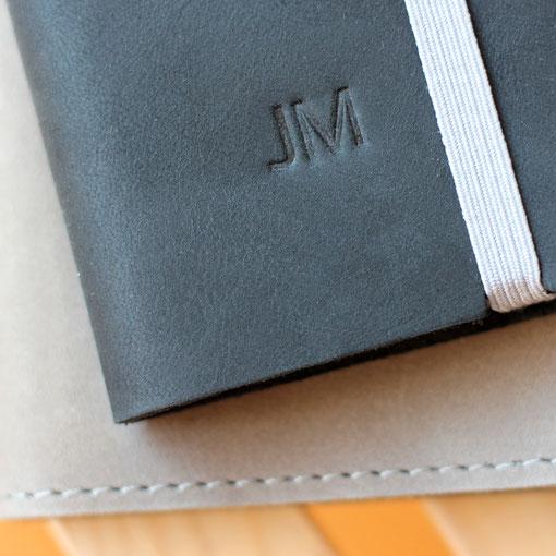 Handycases mit Initialen aus echtem Leder
