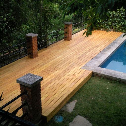Tarima de Robinia (Acacia) en piscina