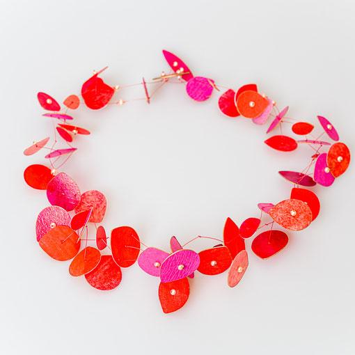 Collier aus rot und pinkfarbenen Pergamenttropfen mit apricotfarbenen Zuchtperlen 420 Euro