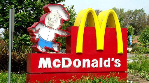 McDonalds ist in den USA allgegenwärtig. Gegründet im Mai 1940, beschäftigt heute ca. 420'000 Mitarbeiter und erzielt einen jährlichen Umsatz von ca. 30 Milliarden Dollar.