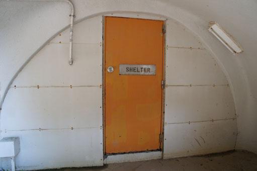 オレンジ色のドアに「SHELTER」の文字。何だかおしゃれ!