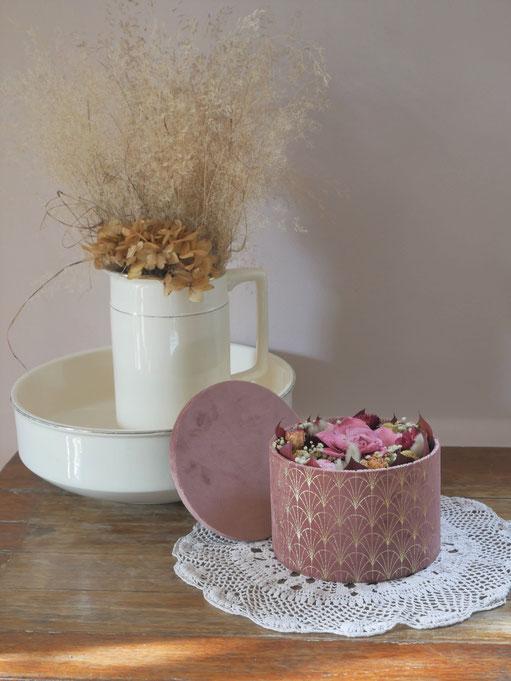 Boite a chapeaux velours garnie de fleurs éternelles, création de La cinquième saison.