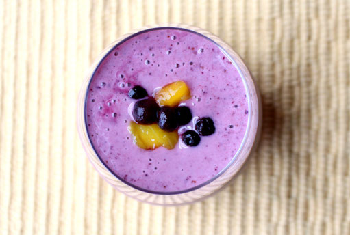 Refreshing and simple blueberry mango smoothie - beautiful and sweet! - www.homemadenutrition.com