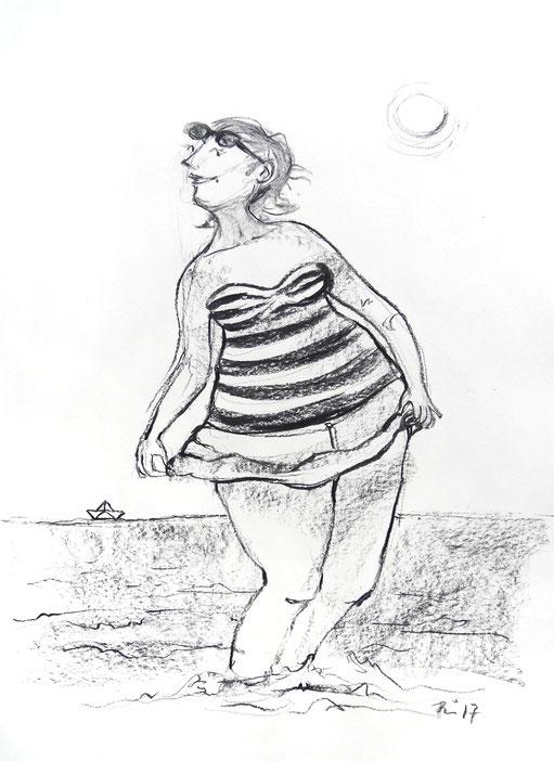 Eine Frau mit Sonnenbrille auf der Stirn und im scharz-weiß gestreiften Badeanzug steht im Wasser und ist sichtlich glücklich. Sie hält ihr kurzes Röckchen schützend vor den kleinen Wellen hoch.