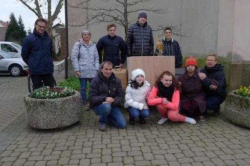Das Bild zeigt die Beteiligten von Schule und Kirche, sowie dem NABU.