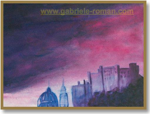 Die Hohensalzburg thront hoch oben über der Stadt. Der Himmel wirkt bedrohlich. Farbenschattierung: Blau-violett