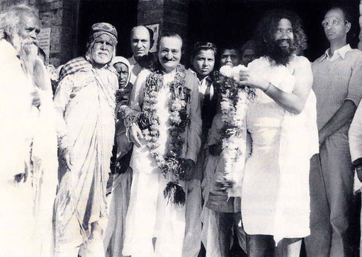 7th November 1954 : Meher Baba at Namanand's dharamasala in Pandharpur, wth ( left of Baba ) Kaikadi Maharaj, Saint Gadge Maharaj, ?, & Sarosh Irani. Namanand standing right with beard. Photo taken by B.Panday. Courtesy of Lord Meher ; 1st Ed.V13-14-p4575