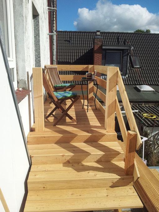 Der Balkon lädt zum entspanntenVerweilen ein. Ein Platz an der Sonne mit Blick ins Grüne. Von hier aus geht es  zur 18 qm großen Dachterasse mit Grillplatz