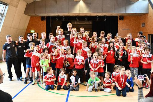 Die Kinder mit ihren Trainern nach der Siegerehrung der VM 2019