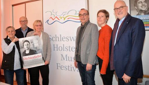 Die Mitglieder des Kulturinitiative (v. l.) Viktoria Dutzmann, Christian Dutzmann, Stefanie Grothe und Johann Hansen (r.) sowie Frank Siebert und Laura Hamdorf vom SHMF laden zum Konzertabend.