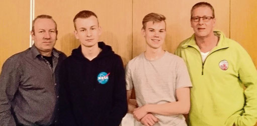 Co-Trainer Michael Kind (l.) und Uwe Stölting (r.) mit den erfolgreichen Motorsportlern Robin (2.v.l.) und Matthes.