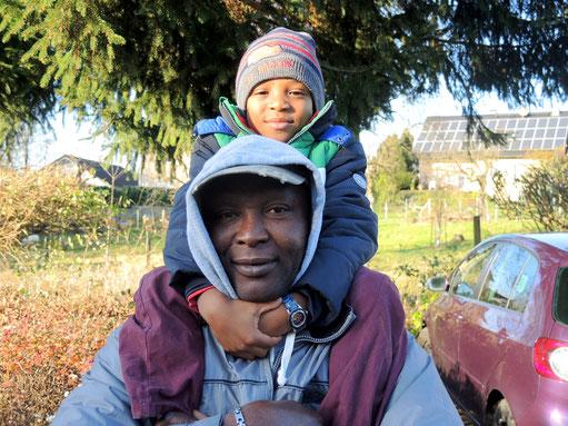 Vater und Sohn. - Flucht vor Not und Krieg. Die Flüchtlingszahlen in Nümbrecht steigen ständig. Deshalb ist jede Unterstützung willkommen. Wer mitmachen will, wer Fragen oder Anliegen hat, ist hier richtig. (Bild: ks)