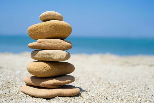 Turm aus Steinen, am Strand