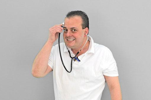 Arzt hält sich das Stethoskop den Kopf