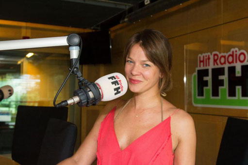 """Schauspielerin Jessica Schwarz im HIT RADIO FFH-Studio – in der Talksendung """"Silvia am Sonntag"""" verriet sie unter anderem, dass sie """"wie ein Rohrspatz schimpfen kann""""."""