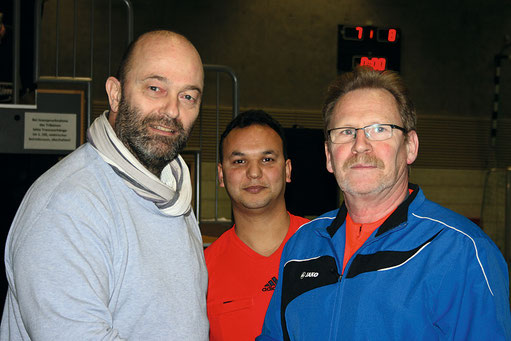 Peter von Gersdorff, 1. Vorsitzender des SVO, bedankt sich bei den beiden Schiedsrichtern für ein stressfreies und sehr faires Turnier. Die ruhige und besonnene Spielführung durch die Schiedsrichter hat dazu beigetragen.