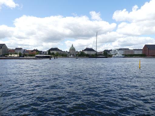 Amalienborg Slot und Marmorkirke vom Hafenbus aus. Foto: Hedwig Walter