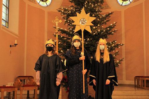 Foto mit den Sternsingerinnen Julia, Jana und Franziska