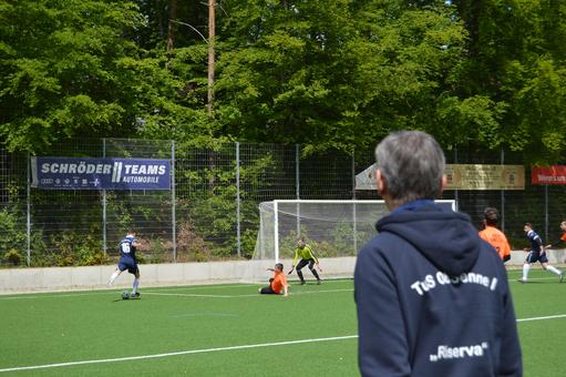 Der überragende Tom Friedrich (Nr. 16) in seiner Paraderolle als wieselflinker Vorbereiter. Coach Georg Pantel gefällt's!