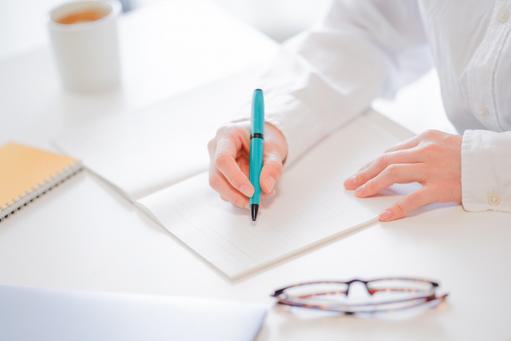 方眼紙とボールペン。ひまわりのフラワーアレンジメント。