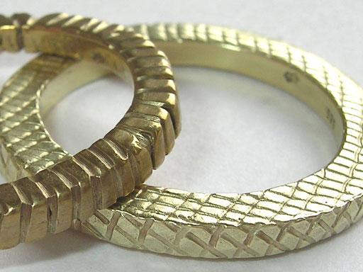 Ringe in Gelb-, Rot- und Weissgold mit Muster, schlicht oder ganz klassisch