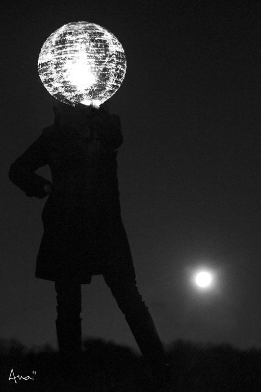 fool moon (photo Anahi Matteo) : lampe dorée à la feuille de cuivre