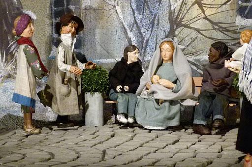 Frau Tiefenbach, der Nichtseßhafte, der Junkie und der Flüchtling David mit Maria und dem Kind auf der Bank.