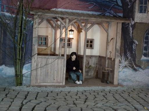 Junkie mit Stern in der Milieukrippe in Lyskirchen