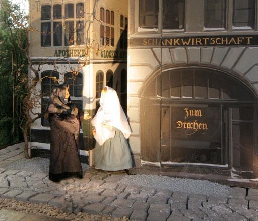 BILD VOM 3. ADVENT: Maria begenet ihrer Base Elisabeth vor der Glockenapotheke in der Milieukrippe in Lyskirchen