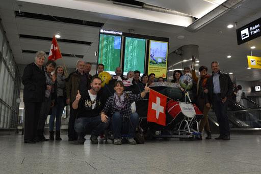 Wir freuten uns riesig, dass unsere Familie und Freunde uns so zahlreich am Flughafen überraschten!