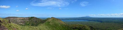 Nationalpark Vulkan Masaya - links der Krater San Fernando, in der Mitte die Laguna de Masaya