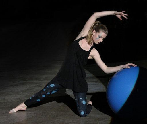Tänzerin mit Ball (Foto: Helmut Meier)
