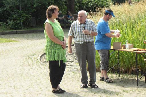 Herr Rudolf Lepschy dankt Frau Weinerth von der Gemeinde Waldbronn für die gute Zusammenarbeit (G. Franke)
