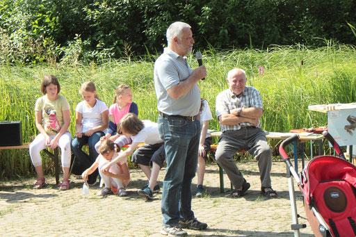 Der Bürgermeister von Waldbronn, Herr Franz Masino, eröffnet die Veranstaltung zur Einweihung des neu gestalteten Vogellehrpfades (G. Franke)