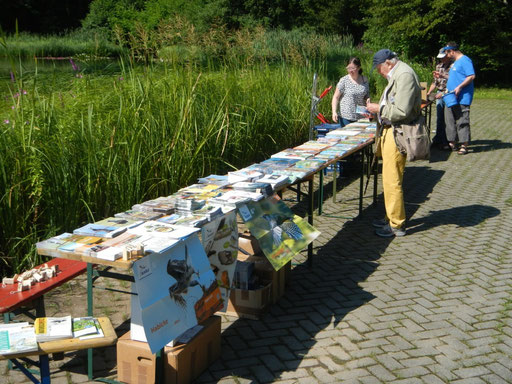 Infostand der Ortsgruppe und Stand des Buchgeschäftes  Waldbronn (Hans-Peter Anderer)