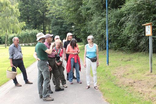 Hans-Peter Anderer stellt die Route des Vogellehrpfades vor und erläutert, was es alles zu hören und sehen gibt auf dieser ca. 2,5 km langen Strecke (G. Franke)
