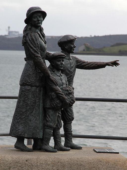 Annie Moore et ses deux frères furent les premiers à passer  par le bureau d'immigration d'Ellis Island à New York.