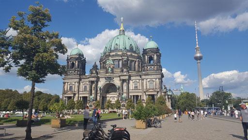 Frontansicht mit Blick zum Alexanderplatz / Fernsehturm