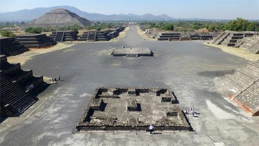 Blick auf die Pyramide del Sol und die Calzada de los Muertos