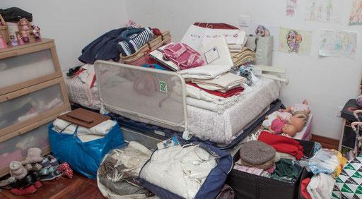 Saca toda la ropa y colócala sobre una superficie que no moleste - AorganiZarte