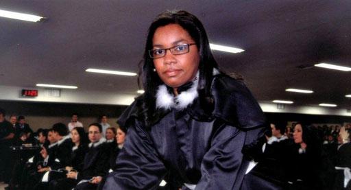 Ex-faxineira se torna juíza e lança livro