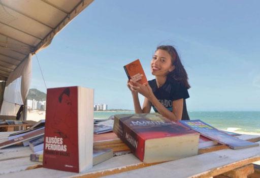 Amantes da leitura ganham biblioteca nas areias da Praia da Costa