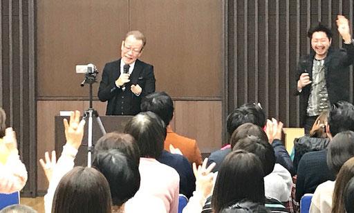 熊本講演会での純社長とザッキーの写真