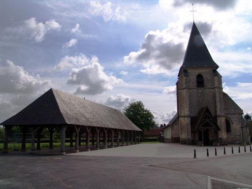 Les halles d'Hornoy-le-Bourg et l'église de l'Assomption de la Ste-Vierge (16° s)