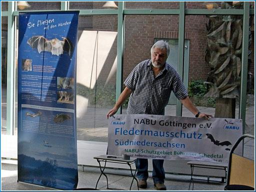 Foto Haberstock mit Peter Ludowizi beim Aufbau der Ausstellung
